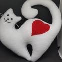 cica I'Love, Játék, Dekoráció, Játékfigura, Varrás, kb 20 cm- s fehér, egyben megvarrt, szilikonos-mosható- tömőanyaggal töltött, piros szívecskés és ö..., Meska