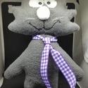 vidám macska-fickó, Játék, Játékfigura, Varrás, 25 cm magas, szürke polárból varrt, szilikon-mosható- tömőanyaggal töltött vidám macska-fickó, mely..., Meska