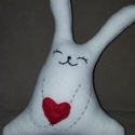 szívecskés nyuszika, Játék, Szerelmeseknek, Játékfigura, Puha anyagból, fiezzel töltött vidám, egyedi formájú nyulacska kedvencnek vagy akár Valentin ..., Meska