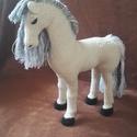Horgolt póni, Játék, Plüssállat, rongyjáték, Horgolás, Tiszta pamutból készült, szintetikus anyaggal töltött, horgolt játék ló. 22 cm magas és 18 cm hossz..., Meska
