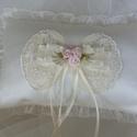 Gyűrűpárna,kicsi, krém,rózsaszin virágokkal, Esküvő, Gyűrűpárna, Varrás, Krém,franciacsipkés,téglaalakú, kicsi gyűrűpárna A gyűrűk szalagra köthetők.  Anyaga:düsessz,csipke..., Meska