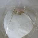 Gyűrűpárna,kicsi, krém,szív alakú, Esküvő, Gyűrűpárna, Varrás, Krém,szív alakú A gyűrűk szalagra köthetők.  Anyaga:düsessz,csipke  Szín:krém Méret:14x15 cm       ..., Meska