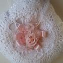 Gyűrűpárna, fehér,rózsaszín virággal, Esküvő, Gyűrűpárna, Varrás, Fehér, rózsaszín virággal A gyűrűk szalagra köthetők.  Anyaga:düsessz,csipke,virág  Szín:fehér Mére..., Meska