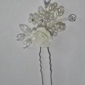 Törtfehér rózsás hajtű, Esküvő, Hajdísz, ruhadísz, Esküvői ékszer, Gyöngyfűzés, Ékszerkészítés, Törtfehér rózsás  hajtű. (Hozzá illő  lánc is van.). Anyaga: levél,virág,  gyöngy  Szín:Fehér Méret..., Meska