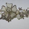 Krém,  virágos , féloldalas fejdísz, Esküvő, Hajdísz, ruhadísz, Esküvői ékszer, Gyöngyfűzés, Ékszerkészítés, Krém,féloldalas menyasszonyi fejdísz.Egyedi ékszer.( Hozzá illő lánc is van .) Anyaga:Kagyló levél ..., Meska