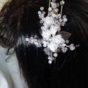 Fehér, oldalt mótivummal hajpánt., Esküvő, Hajdísz, ruhadísz, Esküvői ékszer, Gyöngyfűzés, Ékszerkészítés, Fehér  oldalt mótívummal  hajpánt.Egyedi ékszer.( Hozzá illő lánc is van .) Anyaga:textil virág, fé..., Meska