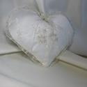 Krém , csupa szív gyűrűpárna, Esküvő, Gyűrűpárna, Varrás, Krém,  csupa szív  gyűrűpárna A gyűrűk szalagra köthetők.  Anyaga:düsessz,gyöngyözött csipke  Szín:..., Meska