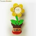 Sárga cserepes virág képkeret névtáblával fából, A virágláda napos táblákhoz hasonlóan nagy ke...