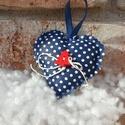 Karácsonyi szív kék fehér pöttyös, Dekoráció, Karácsonyi, adventi apróságok, Otthon, lakberendezés, Ünnepi dekoráció, Varrás, Kék fehér pöttyös pamutvászonból varrott szív alakú kedves dekoráció, fa dekor gombbal és lenzsineg..., Meska