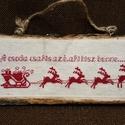 Karácsonyi keresztszemes dísz , Dekoráció, Karácsonyi, adventi apróságok, Otthon, lakberendezés, Ünnepi dekoráció, Falikép, Hímzés, Keresztszemes hímzéssel készült karácsonyi kép, ekrü anyagon piros szánkó rénszarvasokkal, és egy n..., Meska