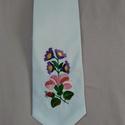 Hímzett nyakkendő, Férfiaknak, Magyar motívumokkal, Kalocsai mintával hímzett fehér férfi nyakkendő, Meska