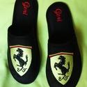 Szoba papucs Férfiaknak Ferrari logóval hímezve, névre szólóan., Ruha, divat, cipő, Férfiaknak, Cipő, papucs, Lakásban hordható szivacsos plüss és fekete nubuk hatású szövetből  készített szoba papucs. A járó f..., Meska