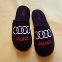Szobapapucs Férfiaknak Audi logóval hímezve, névre szólóan., Ruha, divat, cipő, Férfiaknak, Cipő, papucs, Lakásban hordható szivacsos plüss és fekete nubuk hatású szövetből  készített, fejrészén hímzett  sz..., Meska