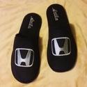 Szoba papucs Honda logóval hímezve, névre szólóan., Lakásban hordható szivacsos plüss és fekete nu...