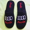 Személyes ajándék Férfiaknak Audi logóval hímezve, névre szólóan., Ruha, divat, cipő, Férfiaknak, Cipő, papucs, Lakásban hordható szivacsos plüss és fekete nubuk hatású szövetből  készített szoba papucs. A járó f..., Meska