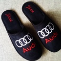 Személyes ajándék Audi logóval hímezve, névre szólóan., Lakásban hordható szivacsos plüss és fekete nu...