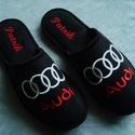 Személyes ajándék Férfiaknak Audi logóval hímezve, névre szólóan., Lakásban hordható szivacsos plüss és fekete nu...