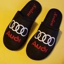 Szoba papucs Férfiaknak Audi logóval hímezve, névre szólóan., Lakásban hordható szivacsos plüss és fekete nu...
