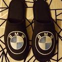 Szobapapucs Férfiaknak BMW logóval hímezve, Lakásban hordható szivacsos plüss és fekete nu...