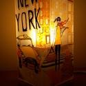 New York utcáin, kézzel festett asztali üveglámpa, hangulatfény, Otthon, lakberendezés, Lámpa, Asztali lámpa, Hangulatlámpa, Festett tárgyak, Üvegművészet, Az Emlékek-Városok sorozat első darabja, mely New York utcáinak hangulatát idézi meg. Üvegfestéssel..., Meska