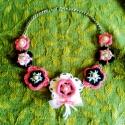 Vidám virágos nyaklánc, Ékszer, Nyaklánc, Rózsaszín, krémszínű és fekete fonalból horgoltam virágokat, amiket azután gyöngyökkel és hímzéssel ..., Meska