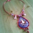 Nagy lila-rózsaszín nyaklánc, Ékszer, Nyaklánc, Pinkek és lilák árnyalataiban pompázik ez a horgolt gyöngyös nyaklánc. Egyedi stílusú, a divathóbort..., Meska