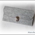 Pénztárca, Szürke filcből készült. Ez a pénztárca fém ...