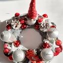 Szürke-ezüst-piros adventi asztaldísz/szívecske mintájú sapkás manóval, A szürke szőrmés koszorú alapra ezüst színű...