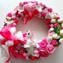 Unikornis figurás kopogtató, A koszorú alapot rózsaszínű habrózsákkal,ter...