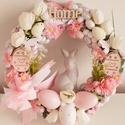 Rózsaszín-szürke, húsvéti nyuszis kopogtató, A koszorú alap díszítéseként először apró ...