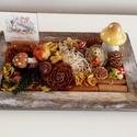 Sünis őszi asztaldísz, A 24 x 15 cm-es antik barnára festett tálcára t...