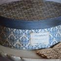 Vintage stílusú kerek díszdoboz, közepes, Otthon, lakberendezés, Dekoráció, Tárolóeszköz, Doboz, Festett tárgyak, Vintage stílusú doboz, melyet régies bevonata, mintázata tesz különlegessé, antikká. Belseje kékre ..., Meska