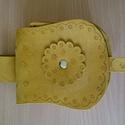 tarsoly, Férfiaknak, Hagyományőrző ajándékok, Hasított marhabőrből készült mustár sárga színű tarsoly. Mérete 11 cm X 10 cm X 7 cm, Meska