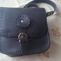 Női táska, Táska, Marhabőrből, kézi varrással készült, színe fekete. Méret: 23X22X8cm., Meska