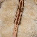 Kutya nyakörv, Állatfelszerelések, Kutyafelszerelés, Kutya nyakörv hasított marhabőrből készült, csipkés csattal, kézi varrással, közepén szironyozással,..., Meska