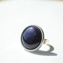 Lila transzparens kerek tűzzománc gyűrű ezüst színű foglalatban, Ékszer, Esküvő, Gyűrű, Esküvői ékszer, Olyan tiszta és finom ez a hófehér tűzzománc köves gyűrű, mint a frissen esett hó. Gyűrű átmérője 1,..., Meska