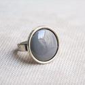 Szürke kerek tűzzománc gyűrű, Ékszer, Gyűrű, A szolidabb stílus kedvelőinek készült ez a kerek szürke tűzzománc köves gyűrű antik ezüst színű fog..., Meska