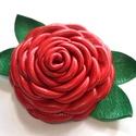A rózsa-extra kitűző valódi bőrből, Ékszer, Bross, kitűző, Egy extra és különleges piros rózsa, zöld levélkékkel. Az ékszert egyéni technikámmal, aprólékos mun..., Meska
