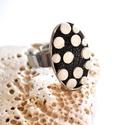 Pöttyöske-gyűrű valódi bőrből, Ékszer, Gyűrű, Visszafogott és egyedi kis gyűrű, valódi bőrből aprólékos munkával.  Fekete alapon pici fehér pöttyö..., Meska