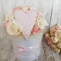 Mini rózsás box, Otthon & Lakás, Dekoráció, Csokor & Virágdísz, Virágkötés, Apró púder rózsaszín rózsákkal és gipsz szívvel díszített virágbox. Fehér papír doboz az alapja. Kö..., Meska