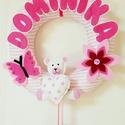 Rózsaszín virágos-pillangós-macis ajtókoszorú névvel, Baba-mama-gyerek, Gyerekszoba, Mobildísz, függődísz, Baba falikép, Varrás, Ez az egyedi ajtókoszorú igazán feltűnő dísze lehet a gyerekszoba ajtajának vagy falának.Ajándéknak..., Meska