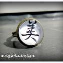 Szépség- Kanji gyűrű, A gyűrűn látható japán kanji jelentése: szé...