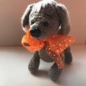 Kiskutya narancssárga masnival., Játék, Játékfigura, Mérete: A feje búbjától a hátsó lábáig 18 cm. A kutyus ül,áll,fekszik. Ez a lábán található gombbal ..., Meska