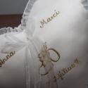 Szív gyűrűpárna névvel-dátummal egyedi-fehér, Dekoráció, Esküvő, Gyűrűpárna, Hímzés, Varrás, Szív alakú gyűrűpárna névvel és dátummal hímezve.Vatelinnel tömve.A gyűrűket szalagokra lehet kötni..., Meska