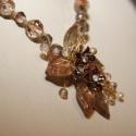 Barnás-arany medálos fűzött lánc, Ékszer, Nyaklánc, A sötét barna fém virágok adják a fő színvilágát ennek a láncnak.Köré üveg leveleket é..., Meska