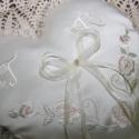 Szív gyűrűpárna monogrammal,motívummal, Dekoráció, Esküvő, Gyűrűpárna, Szív alakú gyűrűpárna monogrammal és virágos motívummal hímezve.Díszes betűkkel.Vatelinnel tömve.A g..., Meska