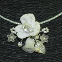 Menyasszonyi nyaklánc,ékszer fehér virágos,gyöngyös, Ékszer, Esküvő, Nyaklánc, Esküvői ékszer, Fűzött lánc alapon textil virágos,gyöngyös díszítés. Igazi romantikus darab.   Fehér  Mér..., Meska