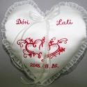 Szív gyűrűpárna névvel-dátummal-motívummal  egyedi, Dekoráció, Esküvő, Gyűrűpárna, Szív alakú gyűrűpárna névvel,dátummal,motívummal hímezve.Vatelinnel tömve.A gyűrűket szalagokra lehe..., Meska