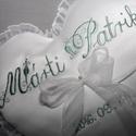 Szív gyűrűpárna névvel-dátummal,egyedi,fehér vagy krém, Esküvő, Gyűrűpárna, Szív alakú gyűrűpárna névvel és dátummal hímezve.Díszes kezdőbetűkkel.Vatelinnel tömve.A gyűrűket sz..., Meska