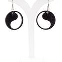 Jin-jang szimbólumot ábrázoló fa fülbevaló, Ékszer, Fülbevaló, Mérete: átmérője 3cm, ehhez jön a fém alap, ami  2cm hosszúságú.  A képen látható fülbevaló anyaga r..., Meska